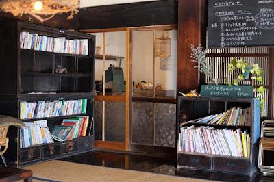 松本市の古民家カフェ KAJIYA(カジヤ)本棚