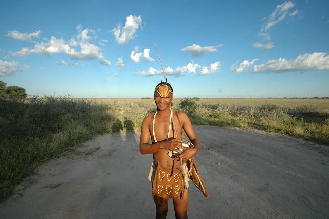 Người San sinh sống trên vùng hoang mạng Kalahari là những cộng đồng cư dân đầu tiên xuất hiện tại miền Nam châu Phi. Họ đã di cư đến đây và sinh sống từ hơn 20.000 năm về trước, vì thế người San sẽ là những người có vốn sống vô cùng uyên thâm về cách sinh tồn trên vùng đất cằn cỗi này.