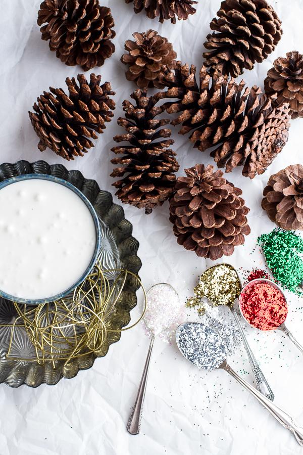 materiales para hacer unas piñas decoradas. Frosting, y purpurina