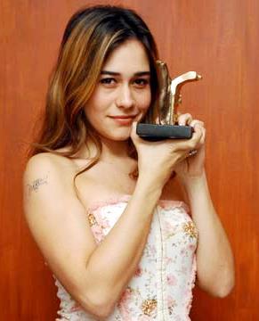 Foto de Alessandra Negrini feliz con premio