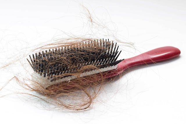أسباب تساقط الشعر وأهم طرق العلاج