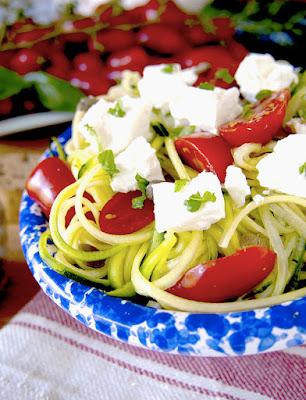 """""""spaghetti"""" di zucchine e cetrioli con pomodorini e feta"""