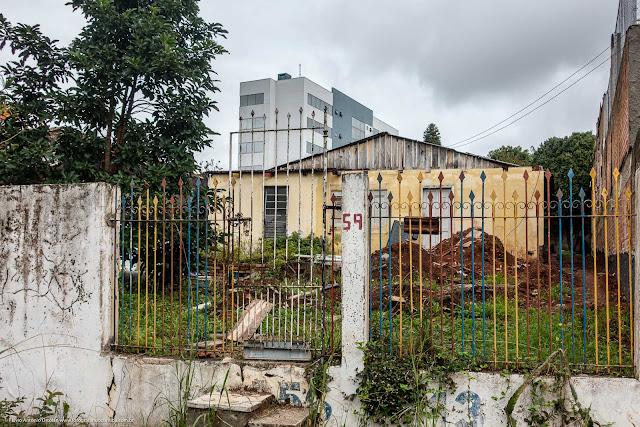 Terreno onde uma casa foi desmanchada