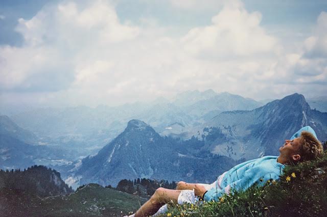 Moi, étendu dans l'herbe dans les Alpes suisses.