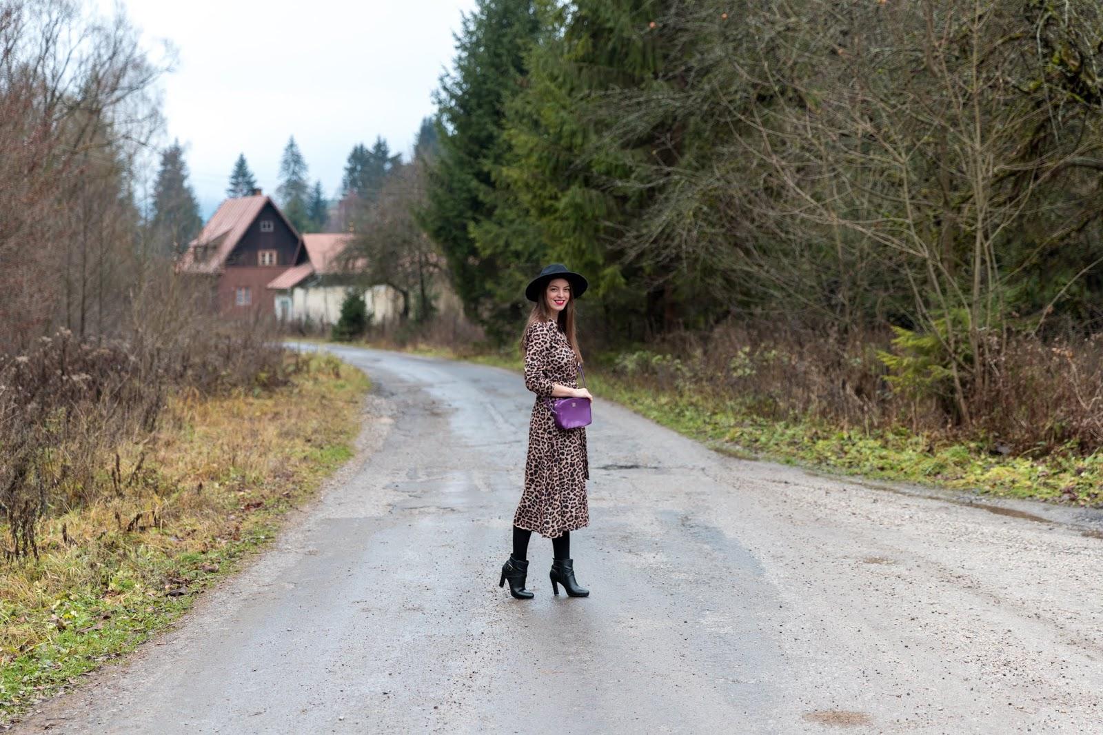 leopardie šaty s fialovou kabelkou