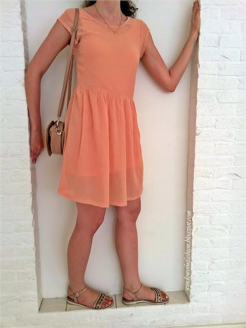Brzoskwiniowa sukienka, beżowe sandały, torebka w kształcie serca