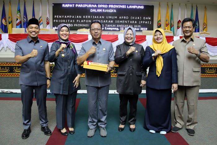 Wagub Nunik Serahkan Rancangan KUA PPAS APBD 2020 dalam Sidang Paripurna DPRD Lampung