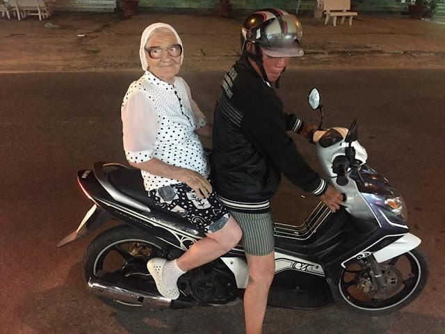 89-летняя баба Лена откладывает пенсию и путешествует два раза в год. Видео для тех, кто думает, что супербабушка из Красноярска — это фейк