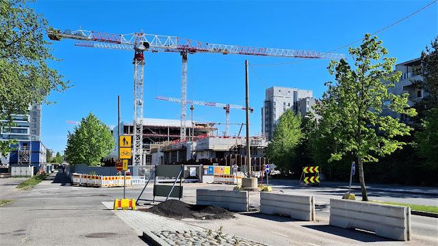 Kuvassa on tulevan Lippulaivan kauppakeskuksen rakennustyömaa. Kauppakeskuksen yhteydessä tulee sijaitsemaan metroasema ja liityntäliikenteen käyttöön osoitettu bussiterminaali.