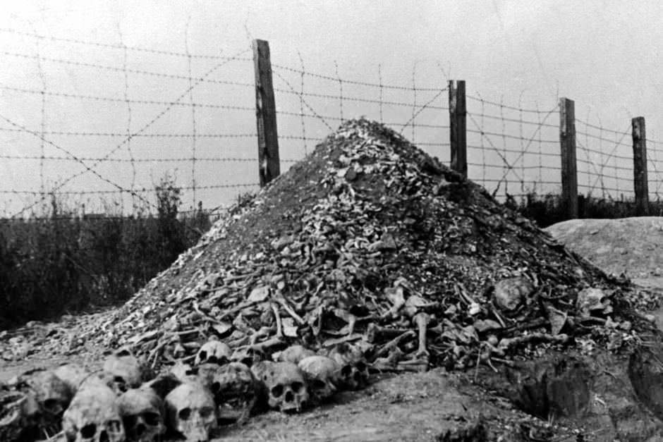 Ένας σωρός από ανθρώπινα οστά και κρανία στο ναζιστικό στρατόπεδο συγκέντρωσης του Μαϊντάνεκ στα προάστια του Λούμπλιν της Πολωνίας μετά από την απελευθέρωσή της το 1944.