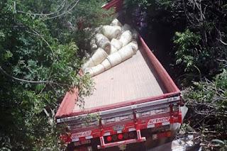 Caminhão carregado de lonas