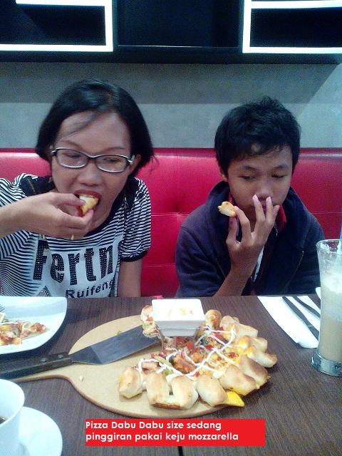 makan pizza di pizza hut palangkaraya