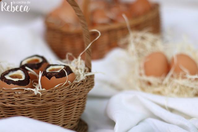 Huevos de chocolate rellenos de crema y mermelada