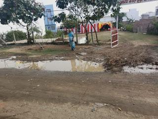 नाली अवरुद्ध होने से सड़क पर भर रहा है गंदा पानी