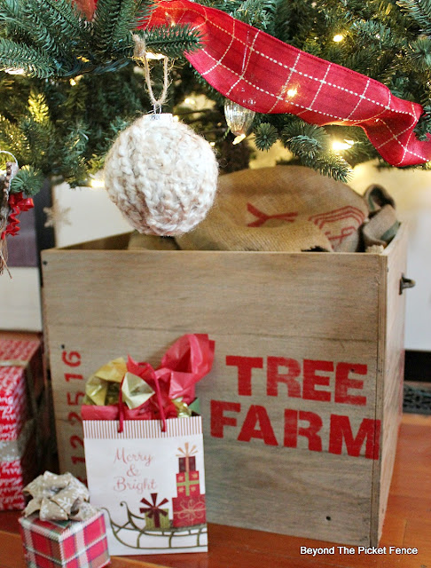 crate, pallets, Christmas tree, raised tree, stencils, https://goo.gl/iqFqcR