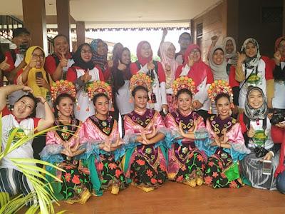 Foto bersama penari Betawi (dok. @bintangtabloid)