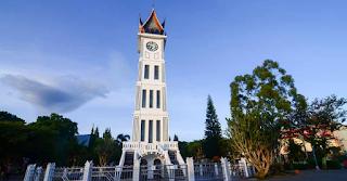 Males Megawe - Tidak sah rasanya jika kita bertandang ke Kota Bukittinggi tanpa melihat dan mengabadikan bangunan yang menjadi simbol kota ini, Jam Gadang. Bangunan peninggalan era Hindia-Belanda tersebut seakan identik dengan kota yang dahulu pernah menjadi ibukota Provinsi Sumatera Barat ini.