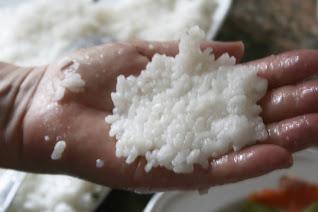 Bolitas de arroz rellenas de salmón ahumado El Ágora de Ángeles