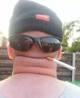 Cabeza vista desde atrás con gafas y un cigarro
