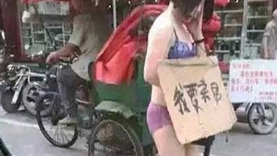 Cuma Kenakan Pakaian Dalam, Suami Paksa Istri Berjalan di Jalanan