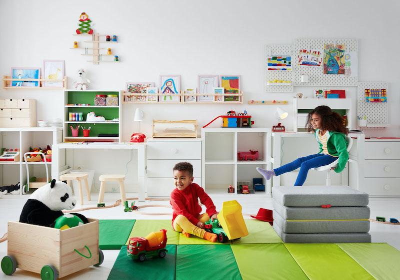 Dormitorio infantil con zona de estudio y de juegos.