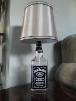 lampara de mesa hecha con una botella de vidrio de jack daniels