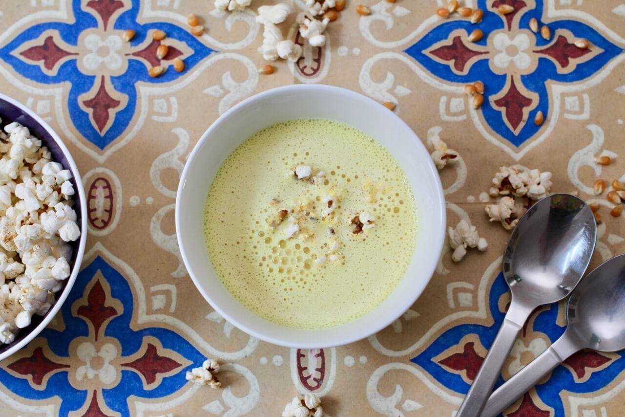 Rezept für Maissuppe mit Chili-Popcorn