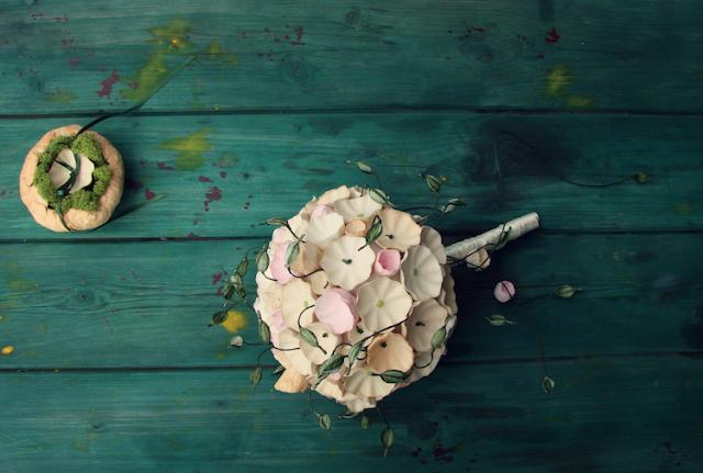 matrimonio green a tema botanico organico: bouquet, e portafedi con licheni