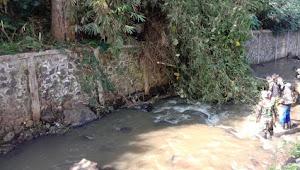 Evakuasi Pohon Runtuh Oleh Satgas Citarum Sub 07 Sektor 22