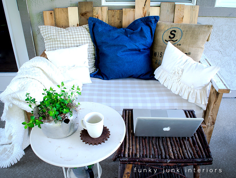 A pallet perfect little hideaway for a writer funky junk for Pallet furniture blogspot com