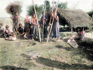 gadis suku batak sedang membentuk tanah liat