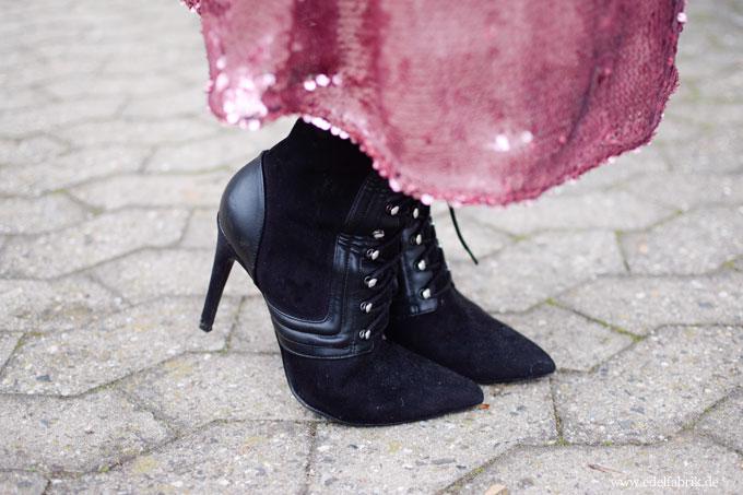 spitze, schwarze Stiefel zum Schnüren, High Heels schwarz, spitz