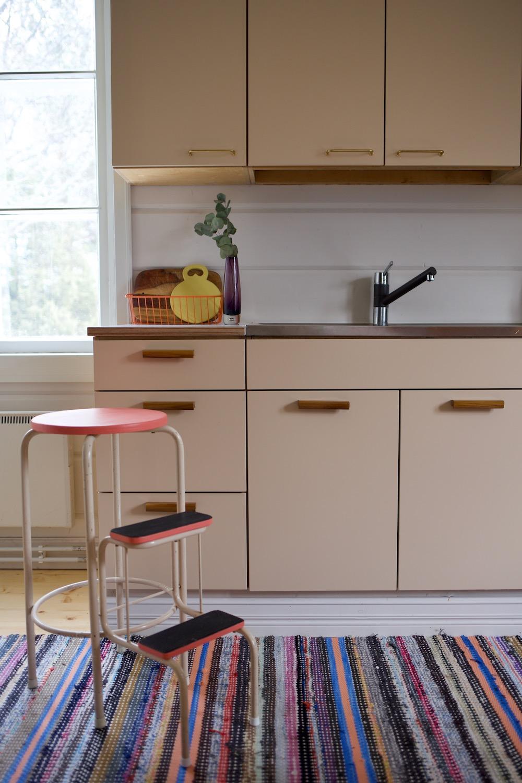 50 luvun keittiö. Vanhan talon keittiöremontti / keittiön kaapit. Puusepän tekemä keittiö. Säästävä keittiöremontti. Kaapin ovet mittojen mukaan.