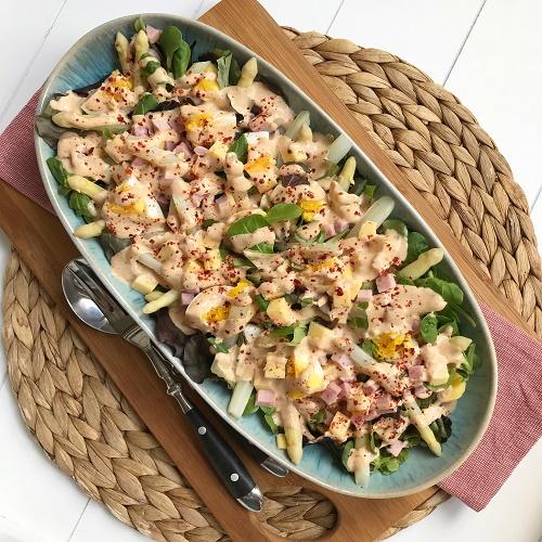 Spargelsalat mit Käse, Schinken, Ei und Currysauce
