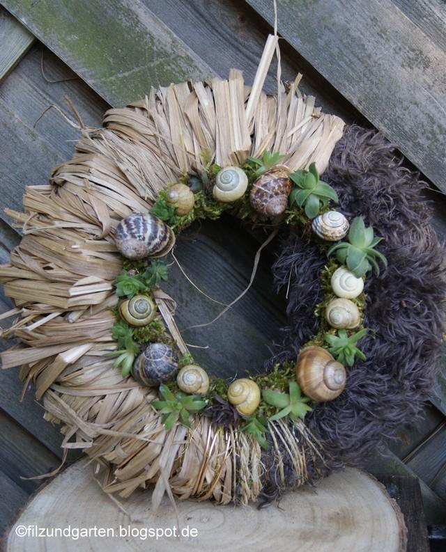 Kranzunterlage aus Gräsern und Wolle mit Mooskranz aus Schnecken und Semperviven