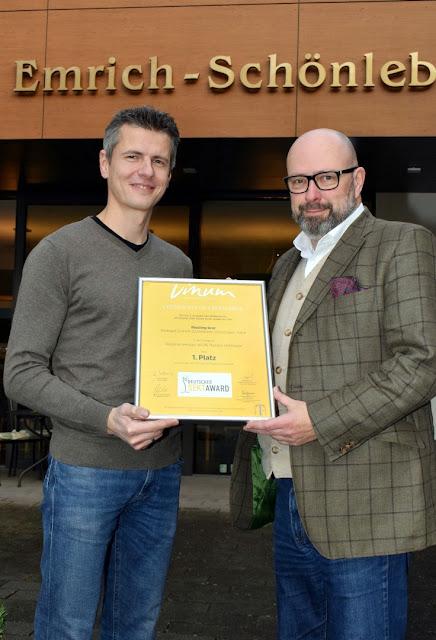 Frank Schönleber nimmt die Sieger-Urkunde für seinen Rieslingsekt aus den Händen von Harald Scholl, stellvertretender Vinum-Chefredakteur, entgegen.