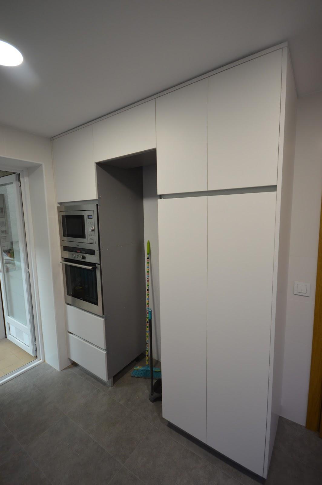 REUSCUINA Muebles de cocina en blanco mate sin tiradores (gola)