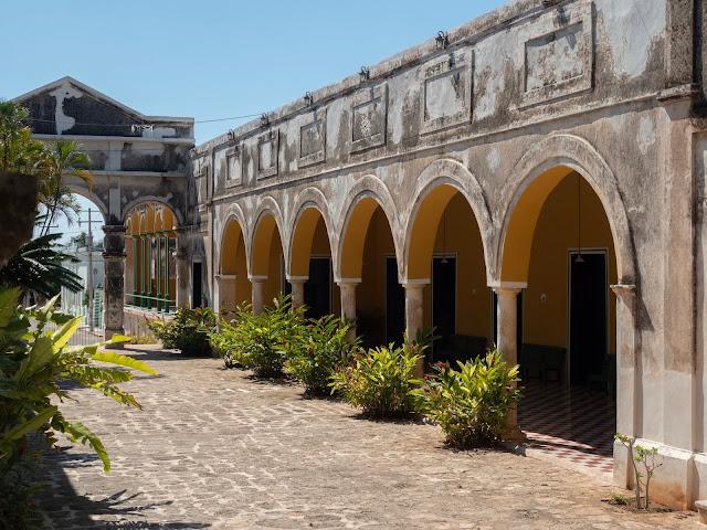 Galería de arcos amarillos en la hacienda Yaxcopoil