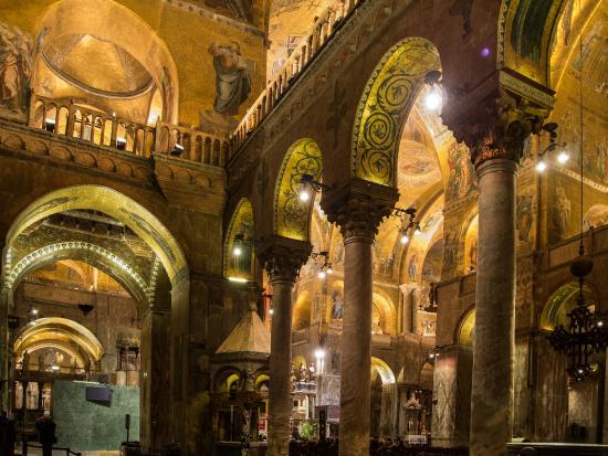 Área interna da basílica dourada em Veneza