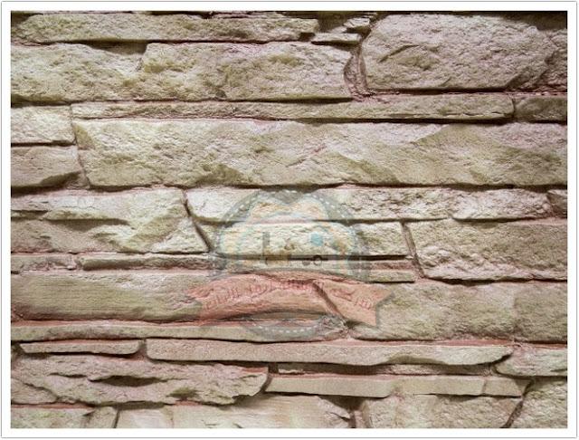 أسوار خرسانية مسبقة الصنع مقابل جدران من قشرة الطوب