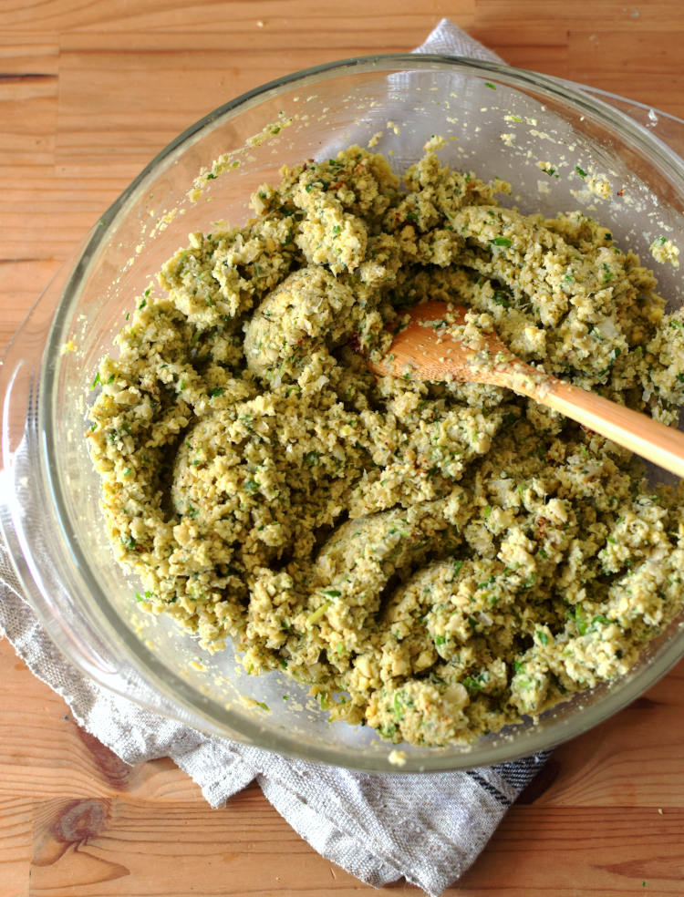 Mezcla de falafel sin cocinar, se aprecia la textura rugosa y el color que le da el perejil y cilantro