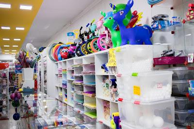 Fotografia do interior da loja Curumins Silva Confecções & Papelaria, em Ponto Novo, Bahia, produzida por Samuel Novais/Guia Ponto Novo