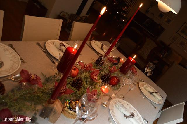 Ferdig dekket julebord i dyprøde farger og med epler som dekor