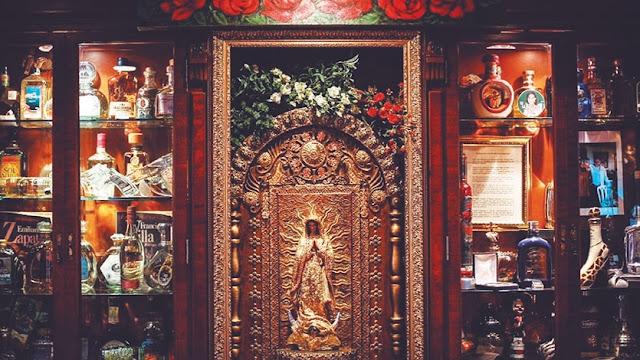 La Guadalupana, Santa Patrona de México, en un nicho especial del Museo del Tequila.