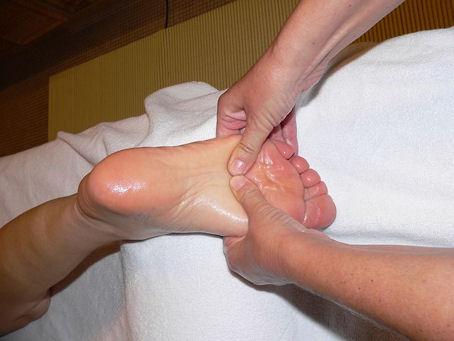 Kuvassa hemmottelevaa jalkapohjan hierontaa