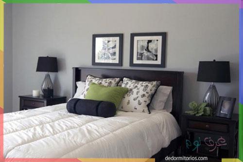غرفة نوم رمادية بالكامل مع وسادة باللون تفاحي