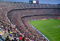 Barcelona'da bir futbol stadyumundaki üç katlı büyük bir tribün