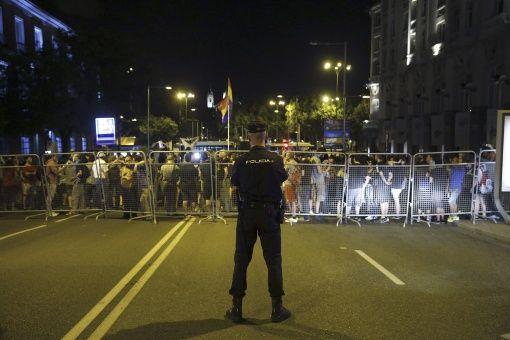 """Multan a quienes den """"Me gusta"""" a video de policía en España"""