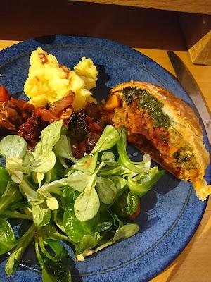 Vegetarisches Wellington, Feldsalat, Kartoffelpüree.