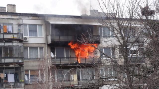 Мъж скочи от балкона на горящ блок за да се спаси